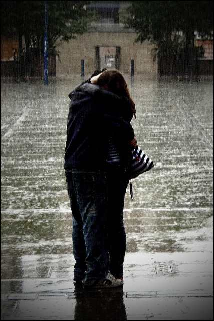 love-picture-hug-couple-rain-orangeacid-love1