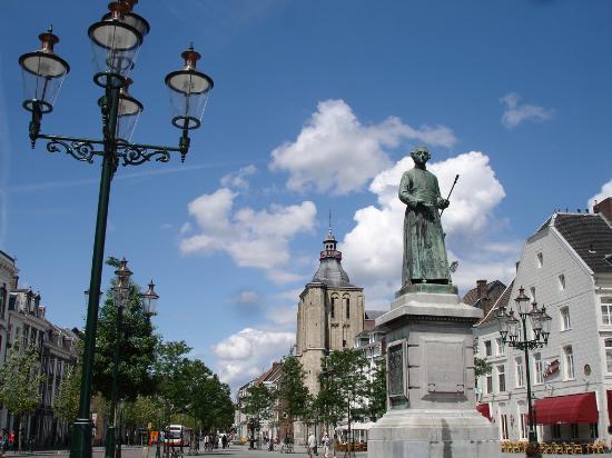 bosschstraat-with-statue